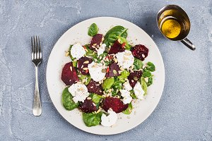 Salad with roasted beetroot, spinach