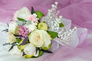 wedding bouquet whith crown