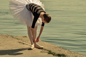 Ballerina straightens pointes