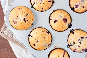 Yogurt muffins with berries