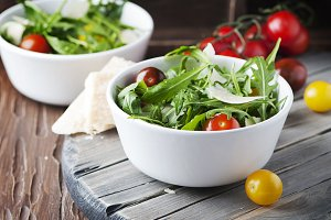 Salad with rocket, tomato and cheese