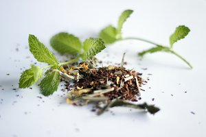 Dry tea leaves with fresh mint