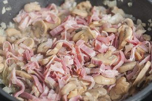 Cooking mushrooms and bacon sauce