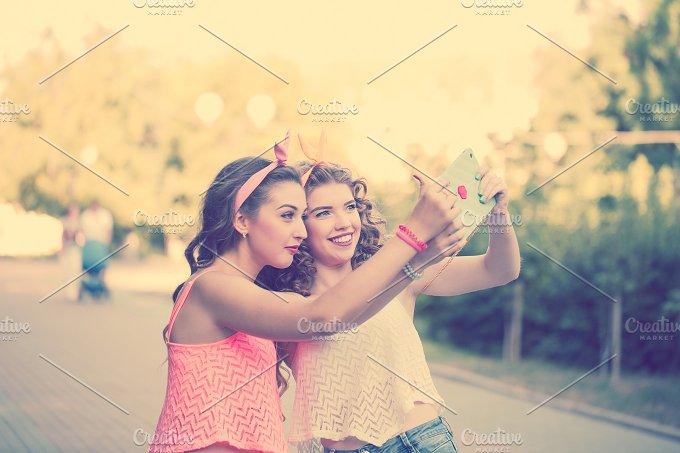 Best friends. Group selfies. Sunset. - People