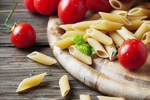 Raw integral pasta with tomato