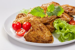 Chicken wings with lettuce, tomatoes