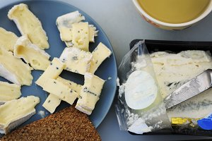 Blue cheese with crisp and tea