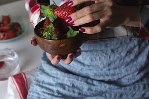 Strawberries in de hands of woman