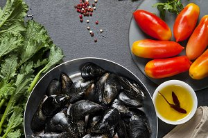 mussels in a pan