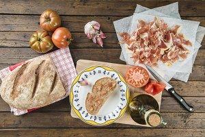 Ham with bread, tomato, garlic and olive oil