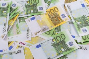 Banknotes 100 and 200 eur
