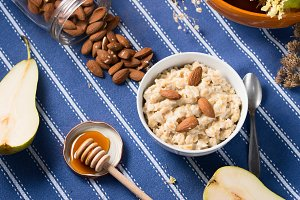 Oatmeal porridge with almonds