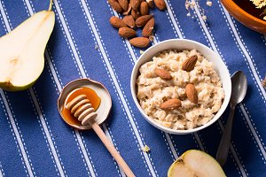 Oatmeal porridge with honey