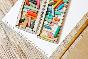 Kit pastel pencils in the box.