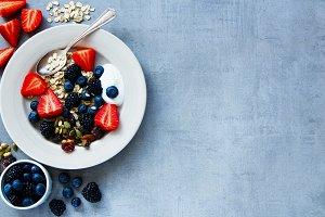 Oat flakes, berries with yogurt