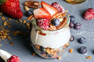 Yogurt oat granola with berries