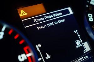 Warning of brake pad wear on a dashboard