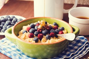 Oatmeal porridge with berries