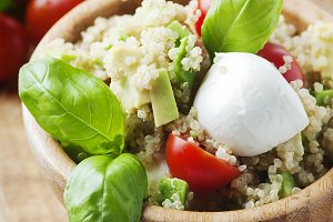 Salad with quinoa and mozzarella
