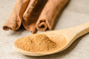 Cinnamon sticks and cinnamon powder.