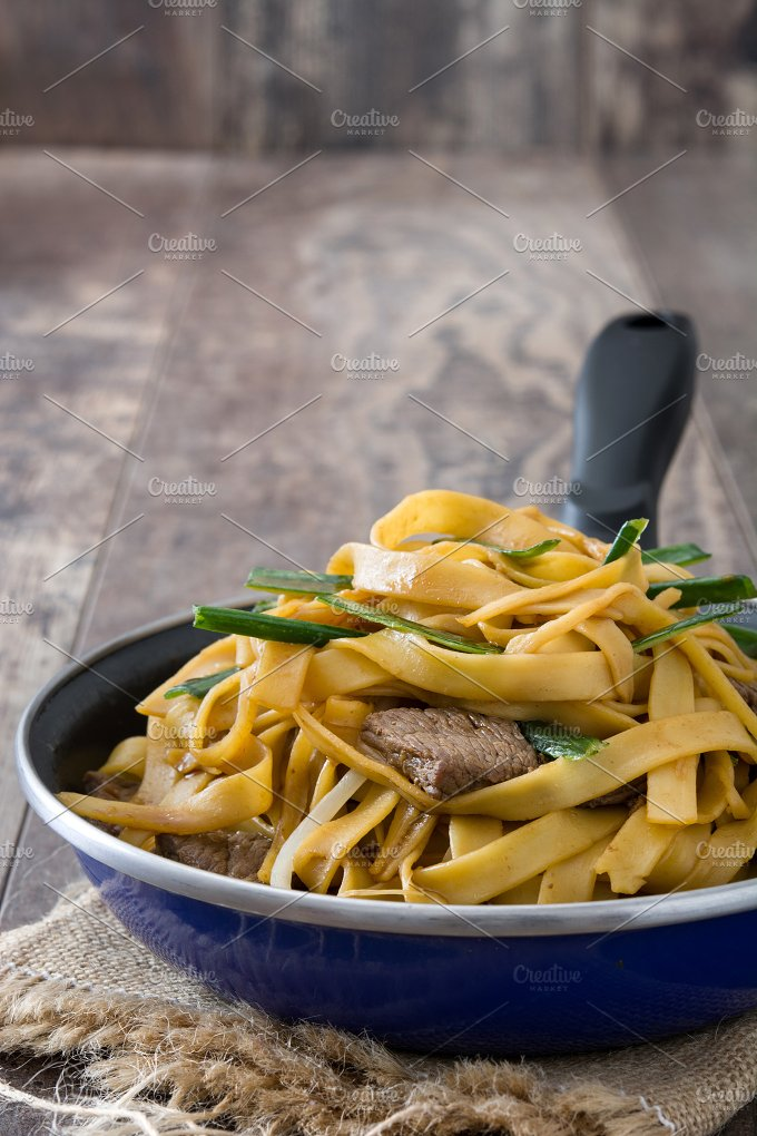 Chinese food. Beef chow mein - Food & Drink