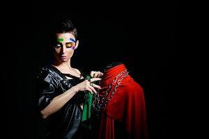 Stylist swathes dummy chains