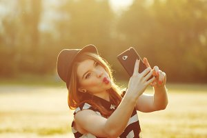 Girl in hat makes Selfei