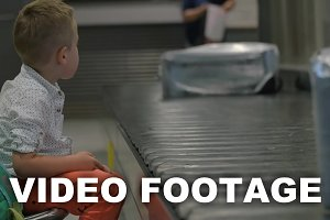 Child waiting at the baggage