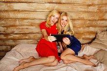 Sisters make a group selfie
