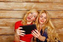 Sisters make fun selfie
