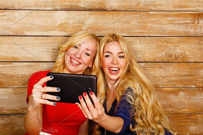 Social networks. Sisters Selfie - People