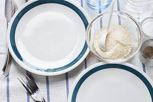 empty plates with a blue border.