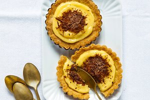broken Dessert Tarts with lemon curd