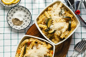 Hot pasta salad with courgettes