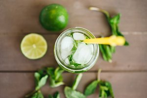 preparation fresh mojito