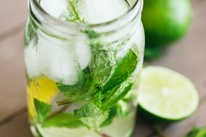 preparation of fresh mojito