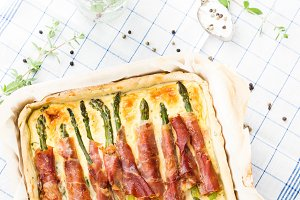 Savory pie with asparagus and ham