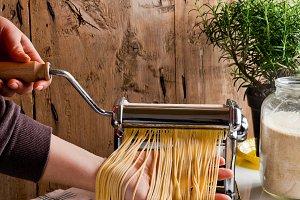 make spaghetti with pasta machine.