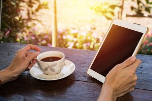Using tablet in coffee bar