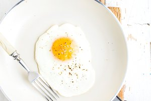 Fried egg with spice and bread