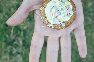 Hand showing a cupcake