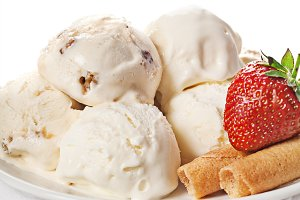 Vanilla ice cream with strawberries