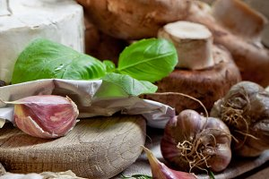 Cheese, mushrooms and aromatic herbs