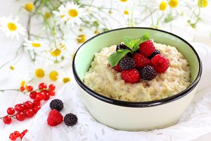 Oatmeal with raspberries
