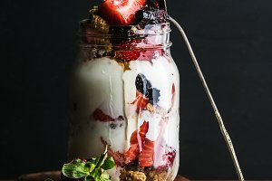 Yogurt oat granola with strawberries