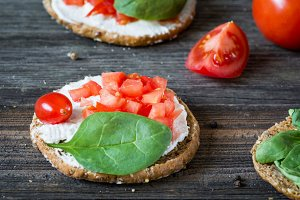 Toast with ricotta, spinach, tomato