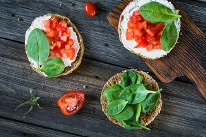 Toasts with ricotta, spinach, tomato