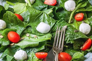 Salad from spinach, tomatoes and mozzarella