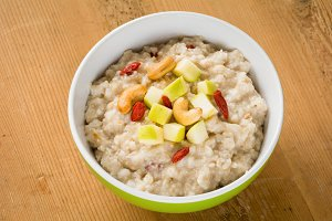 Oatmeal porridge with apples and nut