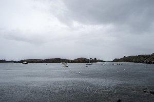 Bahia y veleros cerca de Cadaques